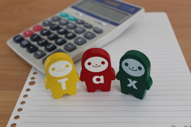 税金の人形と計算機