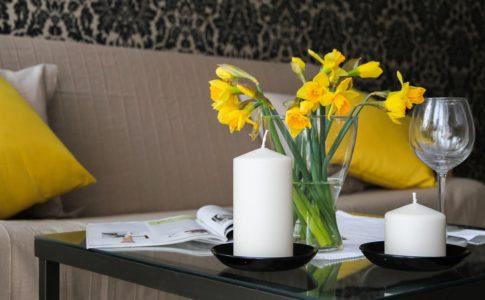 インテリアと黄色い花