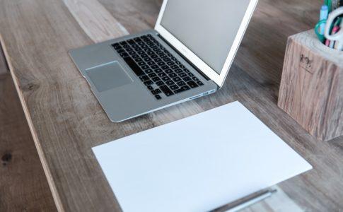 テーブルの上のパソコンとノート