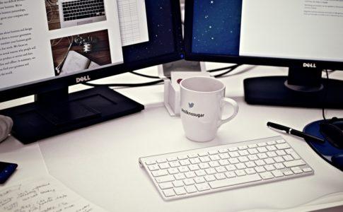 パソコンテーブルとコーヒー
