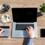 テーブルとパソコンとコーヒー