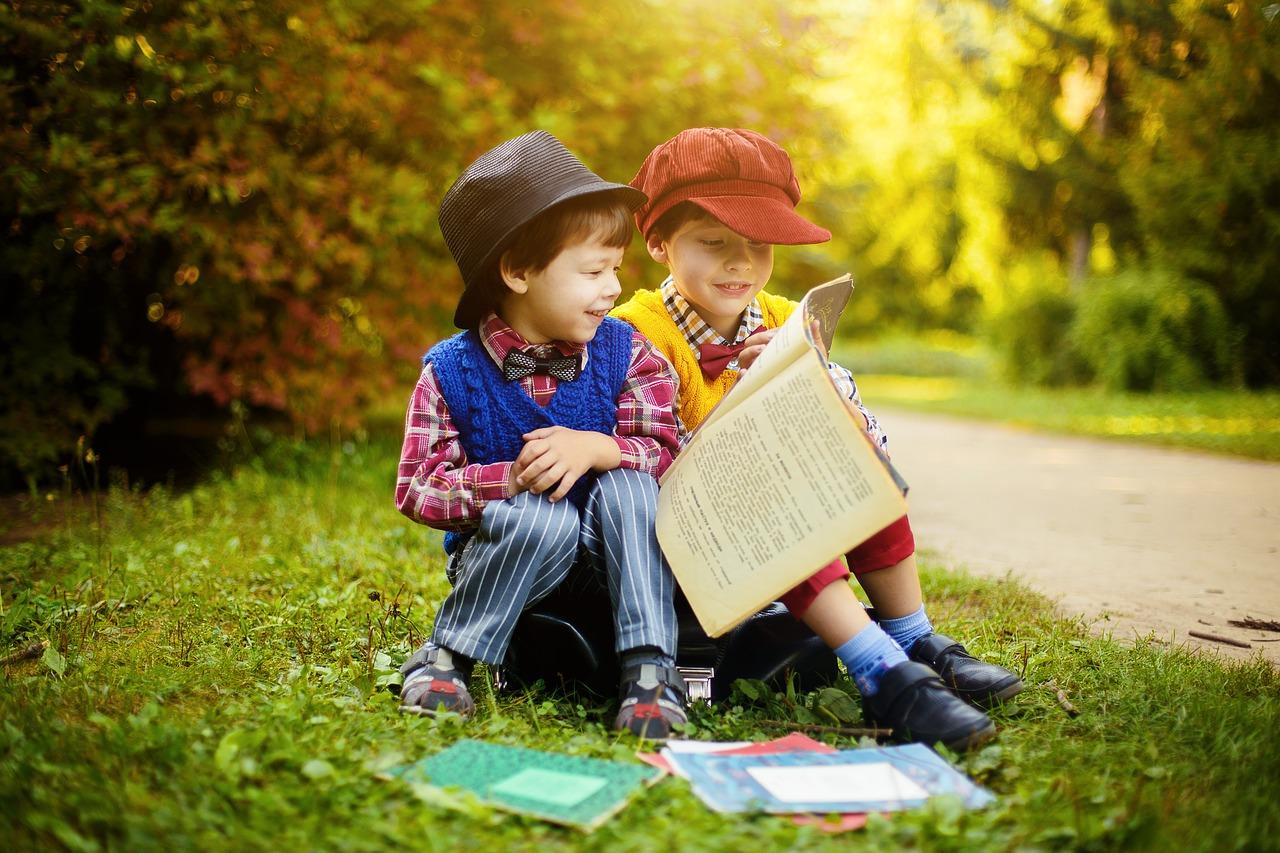 子供2人で本を読んでいるところ