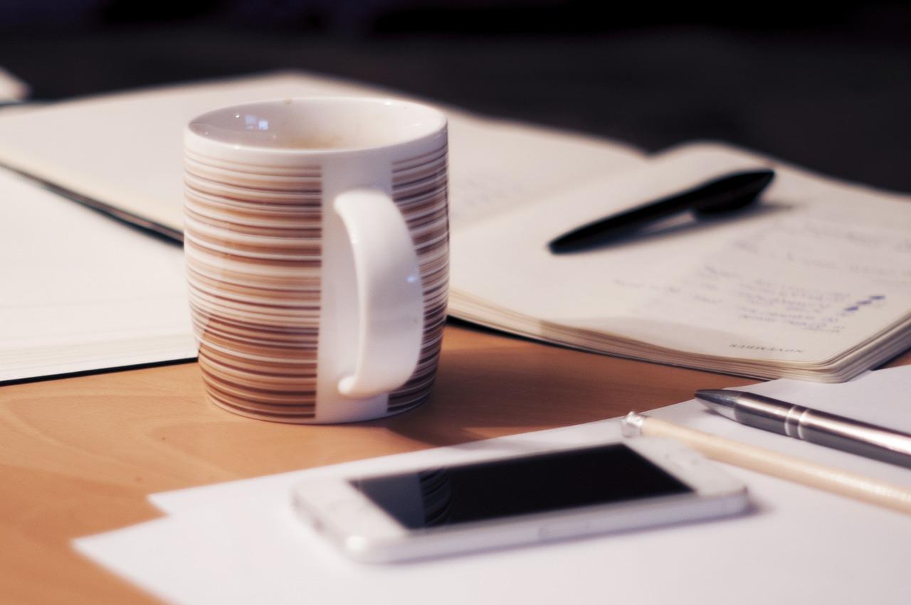 コーヒーとスマホとペン