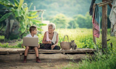木の上に座る子供と祖母