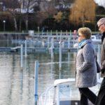海辺を歩く老夫婦