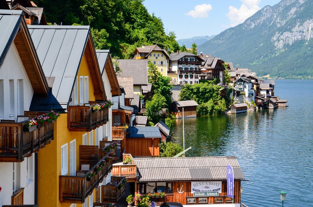 湖と街並み