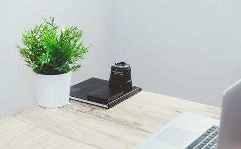 テーブルとパソコンと植物
