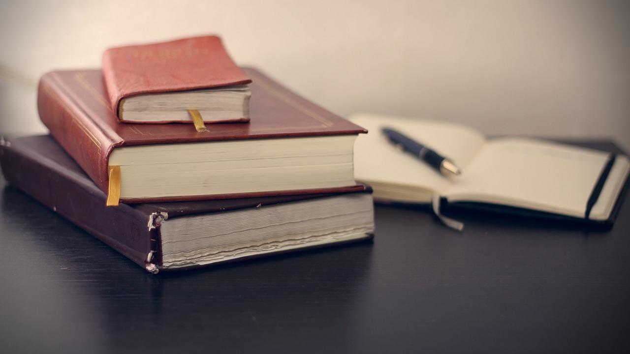 重なった本とノート