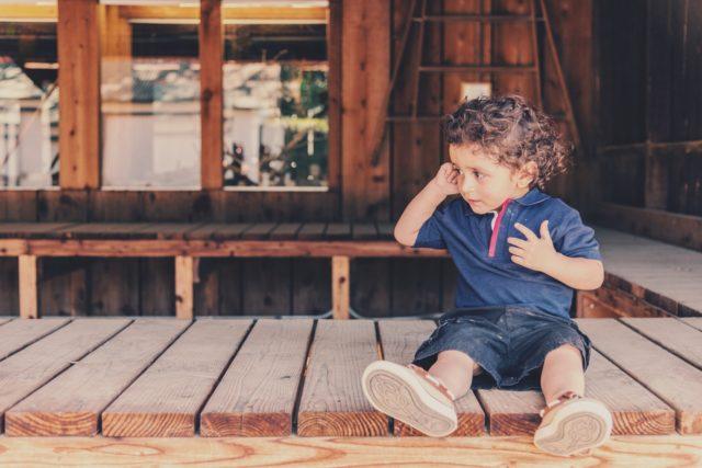縁側に座る子供