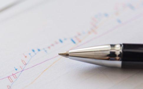 株価のチャートとペン